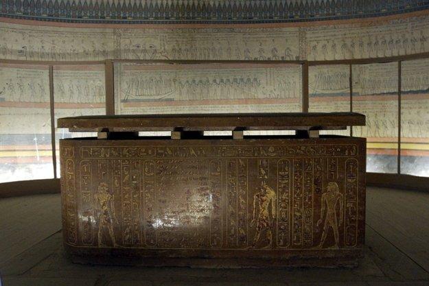 Гранітний саркофаг із різьбленням