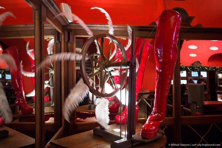 Вестибюль всречает посетителей элегантным французским механизмом- надеюсь, принцип