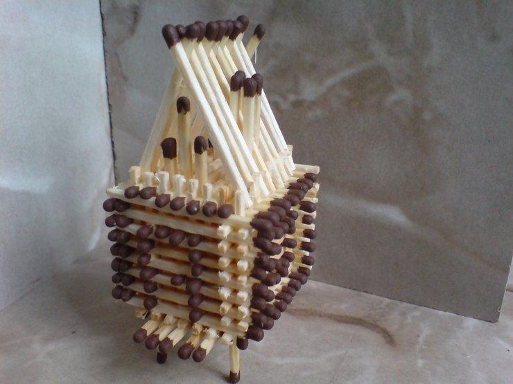 небольшой домик из спичек