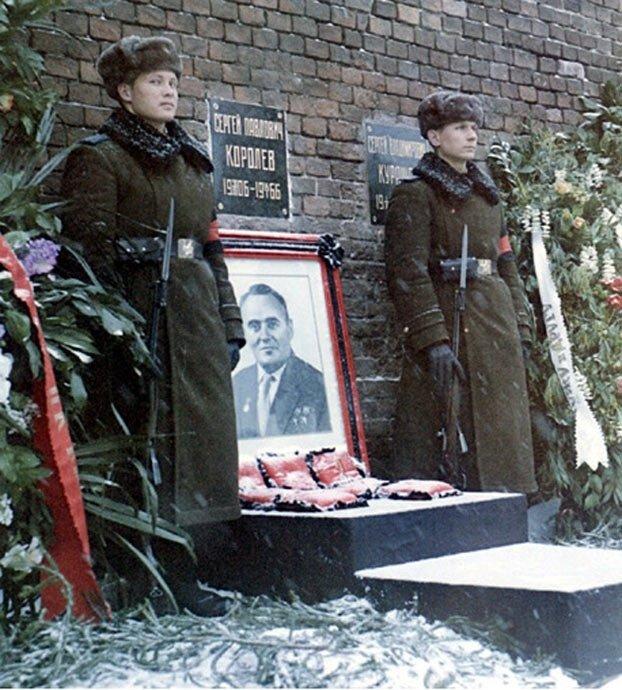 Могилы у кремлевской стены фото