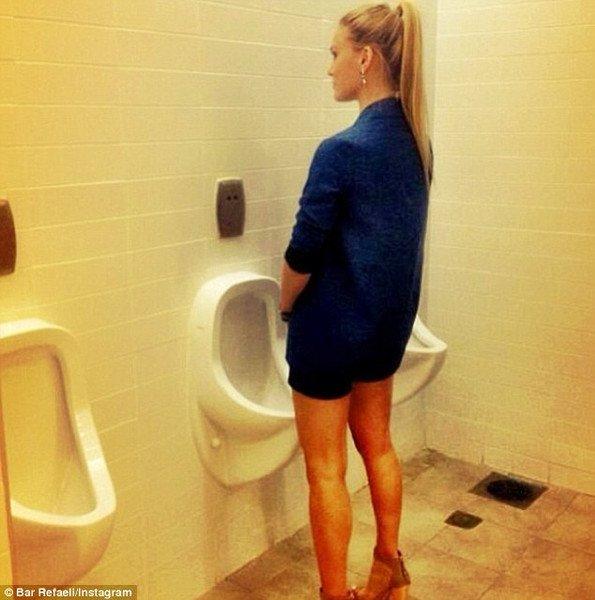 Девушка писает на парня в туалете предложить
