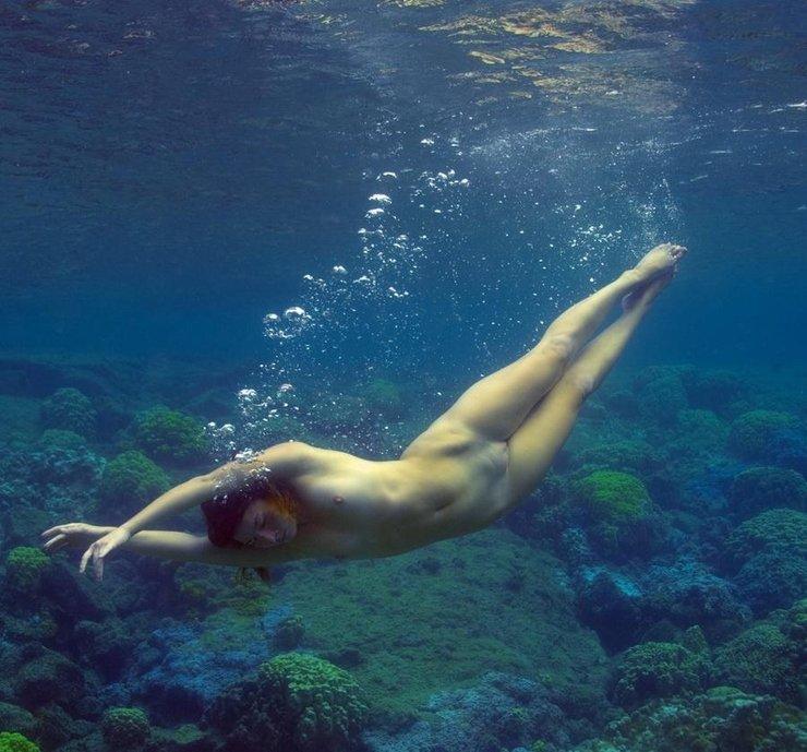 Голая женщина очень долго плавает под водой фото 499-633