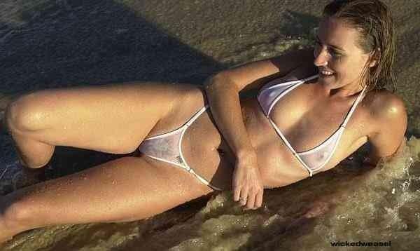 ostalas-telki-v-prozrachnom-bikini-ochen-hochet